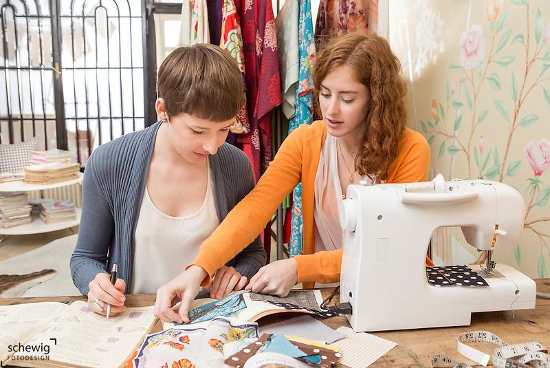 Zwei junge Frauen am Arbeitstisch ihres Workshops, Wien, Österreich, Jungunternehmerinnen im Kreativbereich, Mode oder DIY als bewusste Freizeitgestaltung (Dieter Schewig)