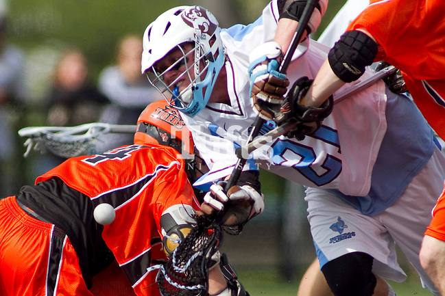 05/16/2012 - Medford, Mass. - Tufts midfielder Nick Rhoads (21), A12, goes after a loose ball in Tufts 15-13 win over RIT in the NCAA Championship quarterfinal at Bello Field on May 16, 2012.  (Kelvin Ma/Tufts University) (Kelvin Ma/Tufts University)