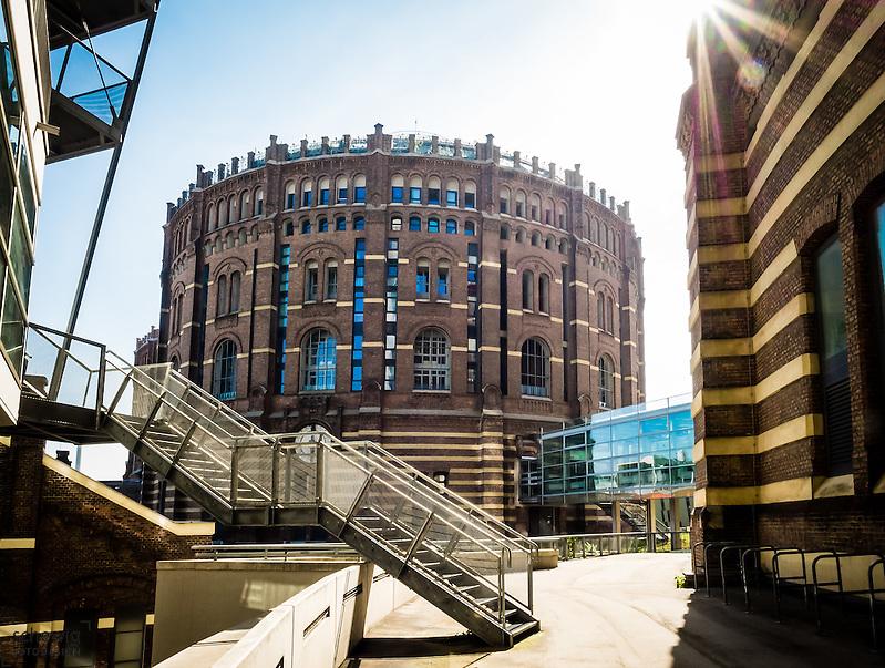 Gasometer B (Coop Himmelblau) und C (Manfred Wehdorn), Österreich, Wien, Simmering, Wahrzeichen, Architektur, modern, zeitgenössisch, historistisch (veronika stock)