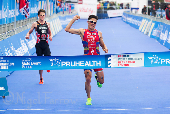 15 SEP 2013 - LONDON, GBR - Javier Gomez (ESP) (right) of Spain out sprints Jonathan Brownlee (GBR) (left) of Great Britain to win the elite men's ITU 2013 World Triathlon Series Grand Final and the series in Hyde Park in London, Great Britain (PHOTO COPYRIGHT © 2013 NIGEL FARROW, ALL RIGHTS RESERVED) (NIGEL FARROW/COPYRIGHT © 2013 NIGEL FARROW : www.nigelfarrow.com)