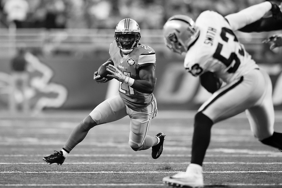 Detroit Lions running back Ameer Abdullah (21) rushes against the Oakland Raiders during an NFL football game at Ford Field in Detroit, Sunday, Nov. 22, 2015. (AP Photo/Rick Osentoski) (Rick Osentoski/AP)