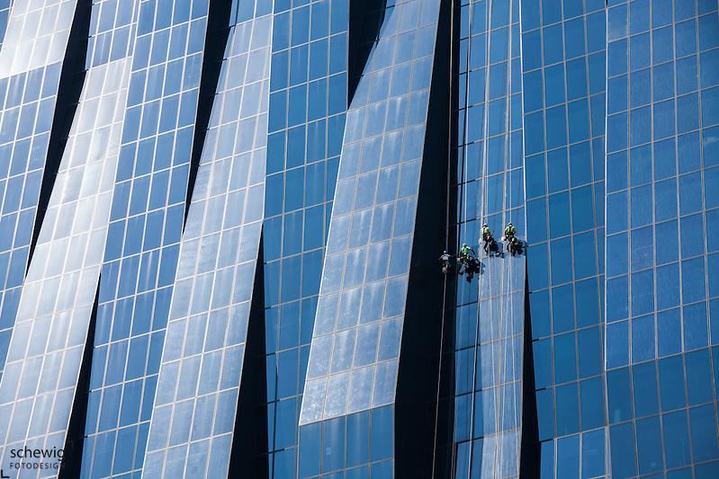 Hochhausfensterputzer an der Fassade des DC Tower 1 (Dominique Perrault), Donaucity, Österreich, Wien, Donaustadt, Kaisermühlen (Dieter Schewig)