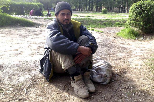 KABUL, 21/04/2013.- Afganistán, considerado el mayor productor mundial de opio -las ventas equivalen al 15 % de su PIB-, fue origen en 2012 de tres cuartas partes de la heroína traficada en el planeta y una parte se quedó en el territorio para satisfacer un pujante consumo interno. En la imagen, el afgano Kamal Omid, de 36 años, que se enganchó a la heroína en Irán, donde vivió una época huyendo del conflicto en Afganistán. EFE/Fawad Waziri