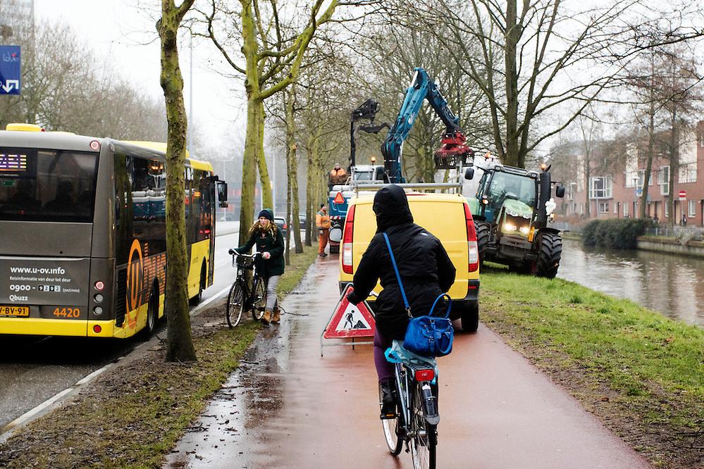 In Utrecht moeten fietsers op het fietspad uitwijken naar de natte berm omdat de naastgelegen sloot uitgebaggerd wordt.