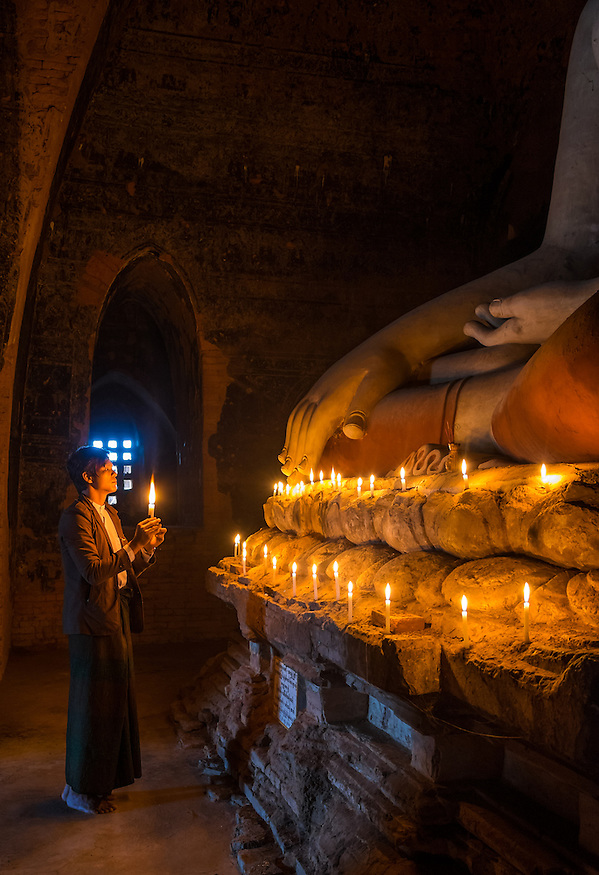 BAGAN, MYANMAR - CIRCA DECEMBER 2013: Pilgrim paying tribute to Buda in the Pahto Thamya Temple in Bagan (Daniel Korzeniewski)