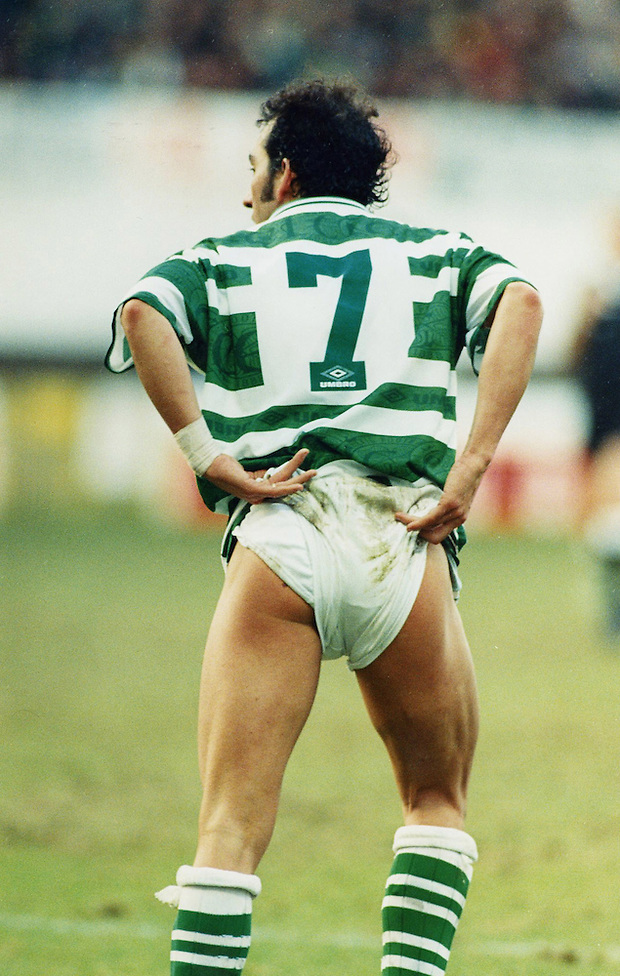 1997, PAULO DI CANIO OF CELTIC TAUNTS THE MOTHERWELL FANS AT FIR PARK WITH A CHEEKY WEE BUM FLASH, ROB CASEY PHOTOGRAPHY. (ROB CASEY/ROB CASEY PHOTOGRAPHY)