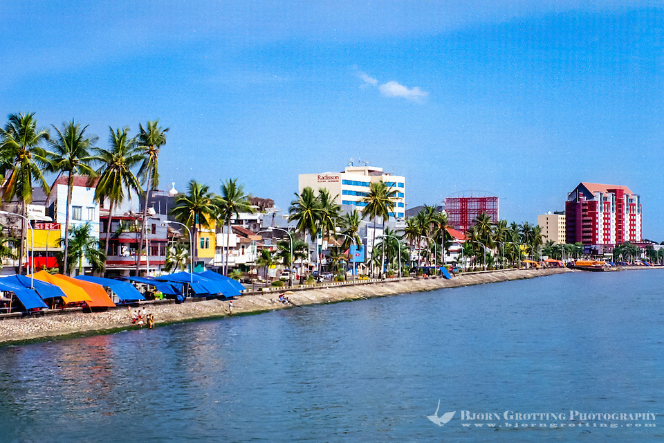 South Sulawesi, Makassar. Pantai Losari with it's many foodstalls. (Photo Bjorn Grotting)