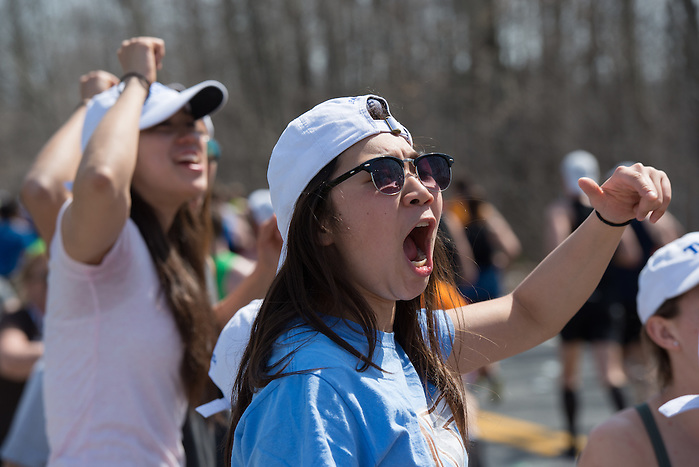 4/18/16 – Natick, MA – Friends and family of Tufts Marathon Team runners cheer at Mile 9 of the 2016 Boston Marathon in Natick, MA on April. 18, 2016. (Sofie Hecht / The Tufts Daily) (Sofie Hecht / The Tufts Daily)