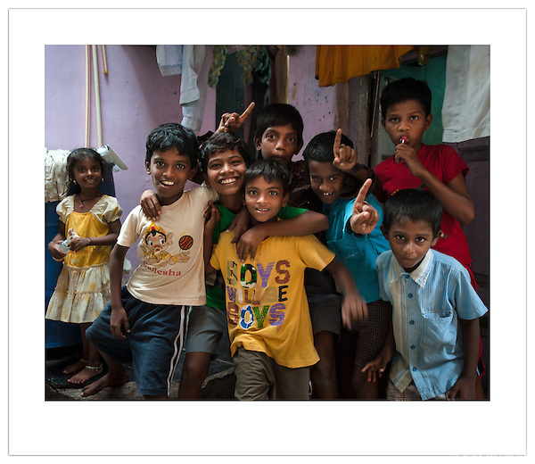 A group of boys in the Dharavi Slum, Mumbai, India (Ian Mylam/© Ian Mylam (www.ianmylam.com))