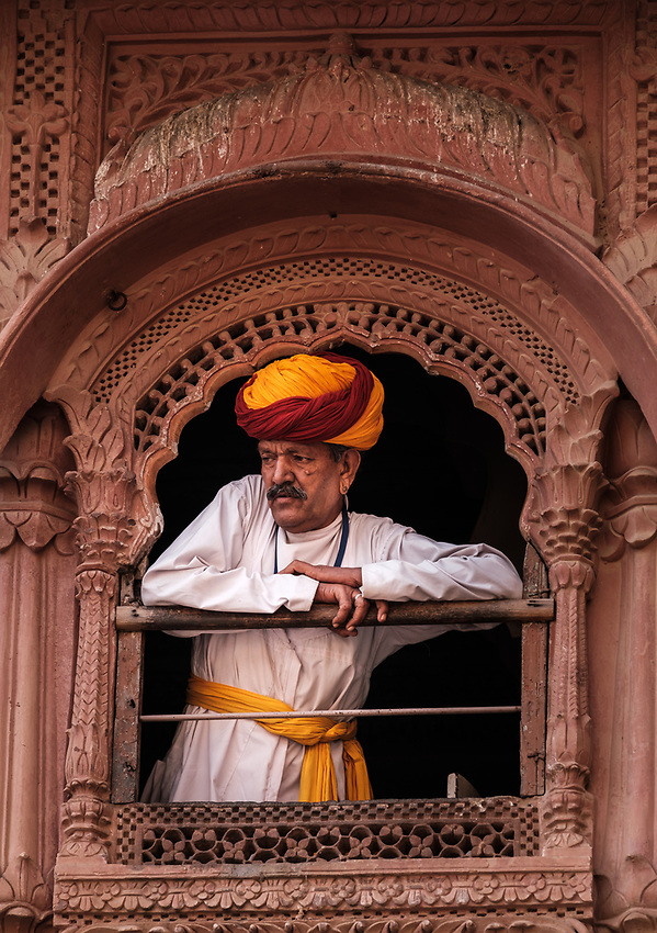 JODHPUR, INDIA - CIRCA NOVEMBER 2016: Indian man in typical Rajasthani cloth a the Mehrangarh Fort in Jodphur (Daniel Korzeniewski)