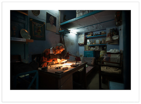 An engraver in his work shop, Chandni Chowk, Old Delhi, India (Ian Mylam/© Ian Mylam (www.ianmylam.com))