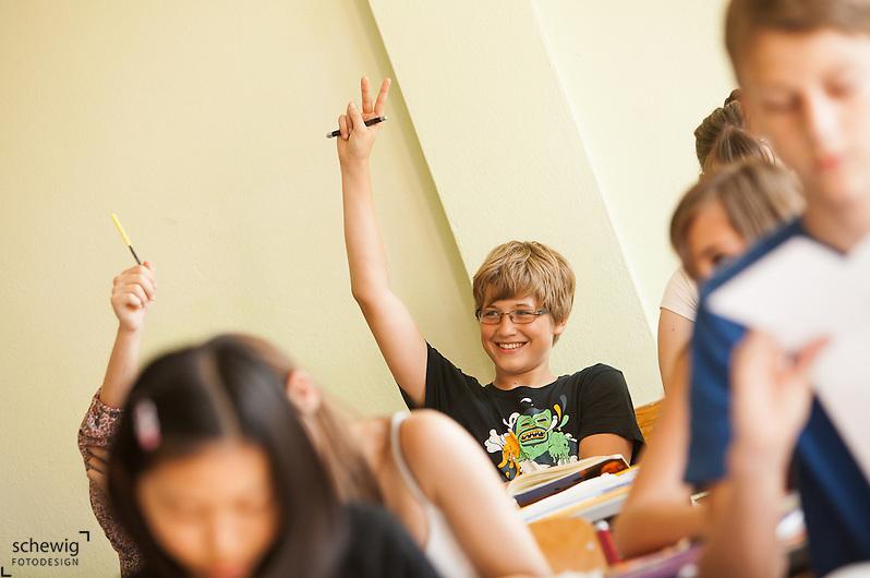 Österreich, Schülerinnen und Schüler aufzeigend, lächelnd (dieter schewig)