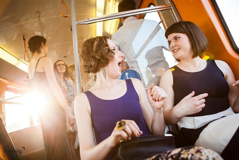 Österreich, Wien, zwei junge Frauen plaudernd in U-Bahn, gemeinsam etwas unternehmen, Sommer, Freizeit genießen, Spaß haben, auf dem Weg zu Party (Dieter Schewig)