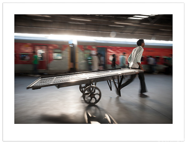 Porter, New Delhi Railway Station, India (Ian Mylam/ Ian Mylam (www.ianmylam.com))