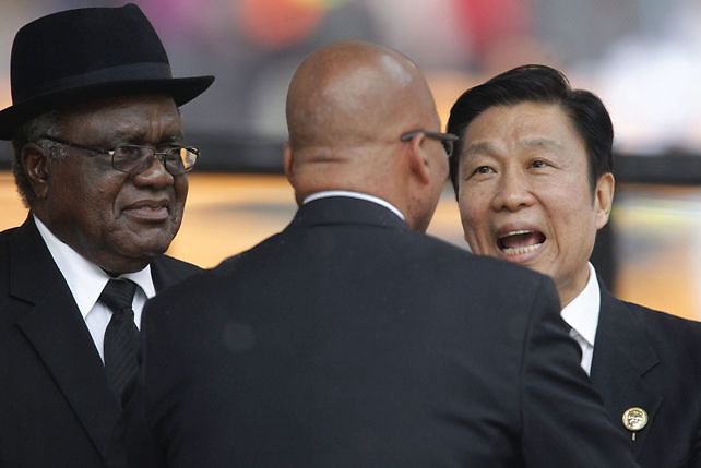 JOHANNESBURGO (SUDÁFRICA) 10/12/2013.- El vicepresidente chino, Li Yuanchao (d), es recibido por el presidente susafricano, Jacob Zuma (c), a su llegada al servicio religioso oficial del expresidente sudafricano Nelson Mandela, fallecido el pasado jueves a los 95 años de edad, en el estadio FNB de Soweto en Johannesburgo (Sudáfrica) hoy, martes 10 de diciembre de 2013. Líderes y personalidades mundiales acompañan hoy al pueblo sudafricano en el servicio religioso oficial que se celebra hoy, bajo una intensa lluvia. EFE/DAI KUROKAWA Crédito: EFE