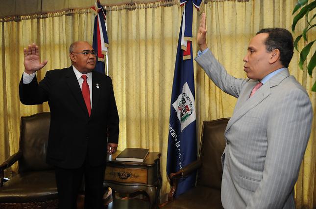 Mario Acosta, juramentado por el entonces Procurador General, Radhamés Jiménez