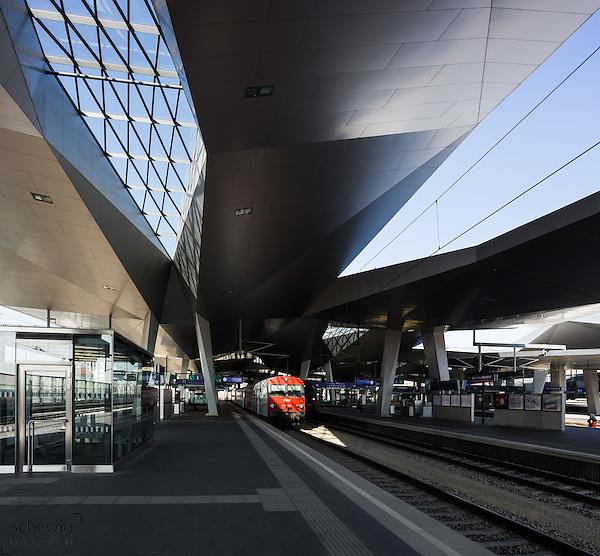 Hauptbahnhof Wien neu (Architekten Wimmer, Hoffmann, Hotz), Rautendachkonstruktion, Bahnsteig, Zug, Österreich, Wien, Architektur, modern, zeitgenössisch (Dieter Schewig)