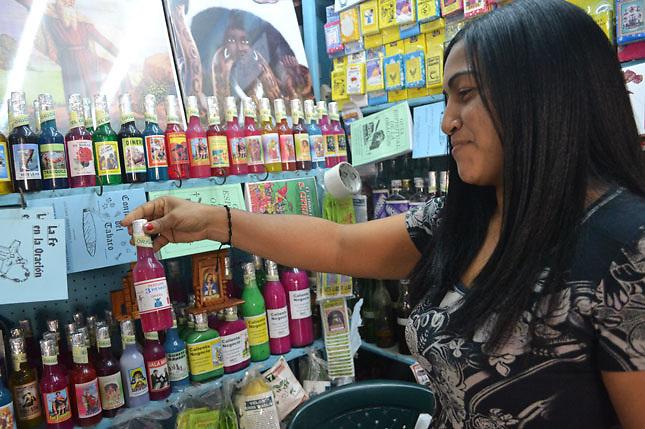 Los martes 13, muchos dominicanos y dominicanas compran