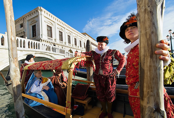 VENICE, ITALY - DECEMBER 26:  Rowers dressed in XVI century costumes escort a live nativity scene, whilst ferrying them in a gondola from St Mark's to the Island of S Giorgio on December 26, 2011 in Venice, Italy.  The event is in its first year wants and to replicate an ancient tradition when the Doge of Venice used to go to the Island of S Giorgio to celebrate the relics of Santo Stefano on Boxing Day. (Marco Secchi/Getty Images)