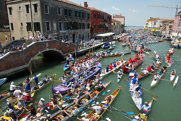 The Vogalonga is a non-competitive race  where any kind of rowing craft can take part, and rowers take over the lagoon and canals. This year,at the 38th Vogalonga, there were a record 6.500 participants, in over 1.700 boats (Marco Secchi)