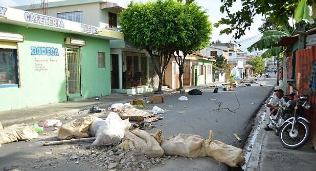 Basuras y otros obstáculos lanzados a las calles.