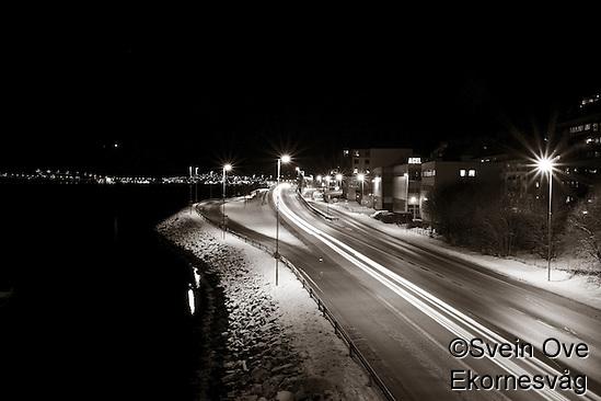 På dette bildet brukte jeg flere sekunders lukkertid, dette for at lyset fra bilene skulle gå som en stripe gjennom bildet.  Foto: Svein Ove Ekornesvåg (Svein Ove Ekornesvåg)