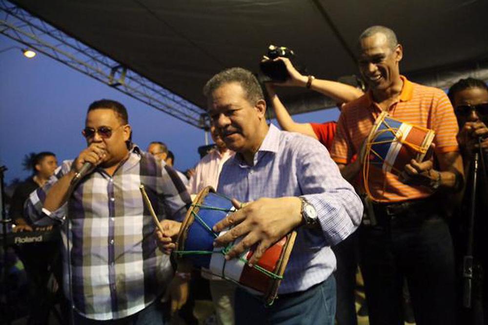 Leonel Fernández tocando tambora en la orquesta de Peña Suazo.