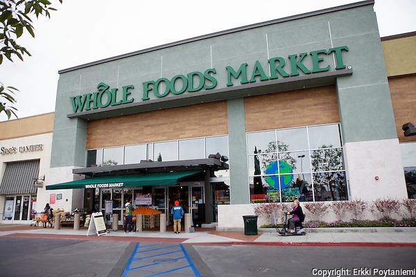 Whole Food Marketilla on noin 300 liikettä Pohjois-Amerikassa ja muutama Englannissa. Tässä Huntingtonin liikkeessä Los Angelisissa on myyntipinta-alaa noin 3000 neliömetriä eli se vastaa suurta supermarkettia. (Photographer: Erkki Poytaniemi)