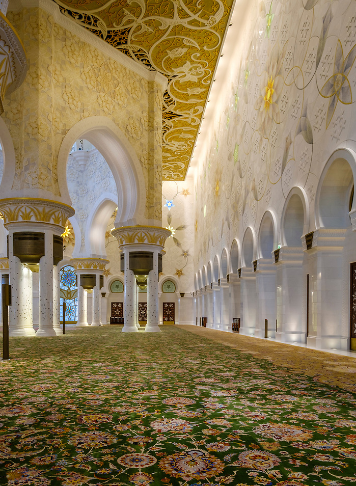 UNITED ARAB EMIRATES, ABU DHABI - CIRCA JANUARY 2017: Interior of the main prayer hall in Sheikh Zayed Mosque (Daniel Korzeniewski)