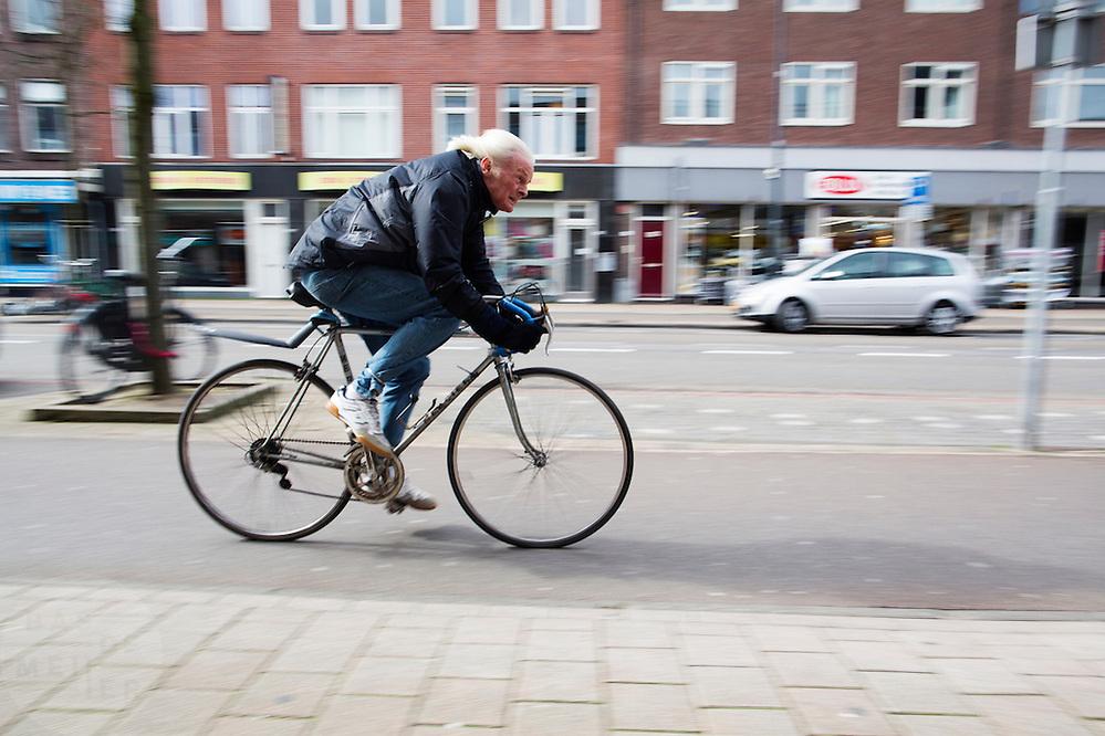 In Utrecht rijdt een fietser tegen de forse wind in.