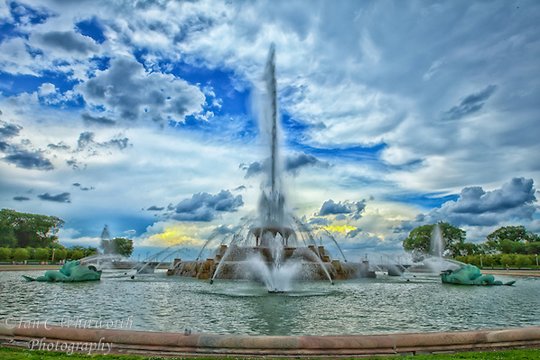 Looking east at the Buckingham Fountain in Chicago with a storm brewing over Lake Michigan. (Ian C Whitworth)