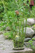 Mädchen flechtet, flicht aus Weidenzweigen einen Korb im Garten, Weide, Weiden, Basteln, Bastelei, Weidenkorb (Frank Hecker)