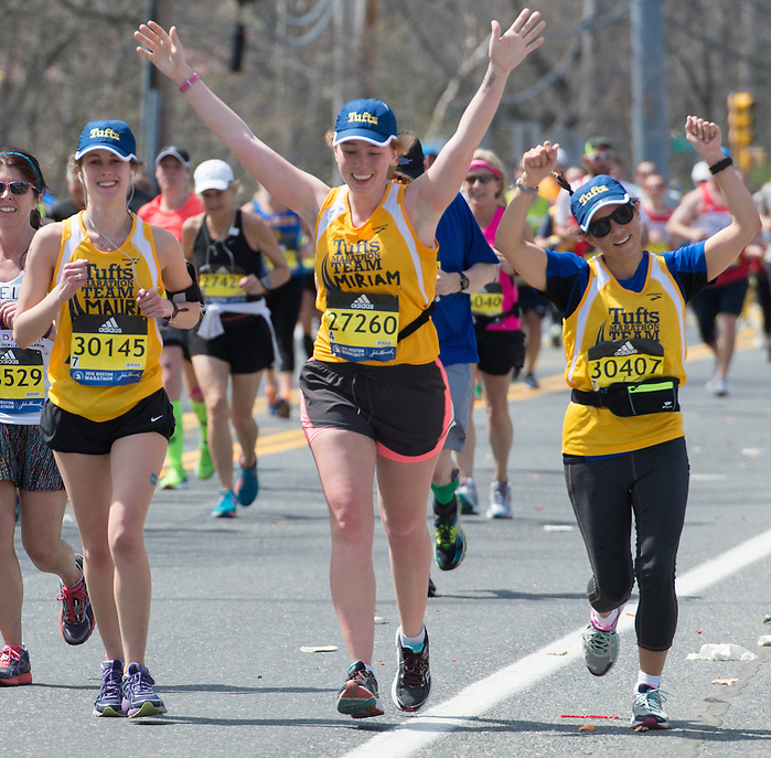4/18/16 – Natick, MA – Mauri Honickman (LA'16), Miriam Gladstone (LA'16) and Fletcher student Monica Ruiz run past friends and family at Mile 9 of the 2016 Boston Marathon in Natick, MA on April. 18, 2016. (Sofie Hecht / The Tufts Daily) (Sofie Hecht / The Tufts Daily)