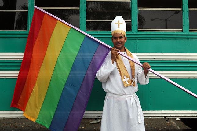 Comunidad LGBT Dominicana celebra Caravana del Orgullo Gay 2013