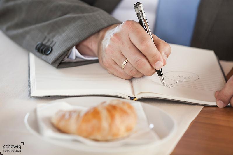Österreich, Geschäftsmann nützt Kaffeepause zum Arbeiten, Notizbuch, Detailaufnahme (dieter schewig)