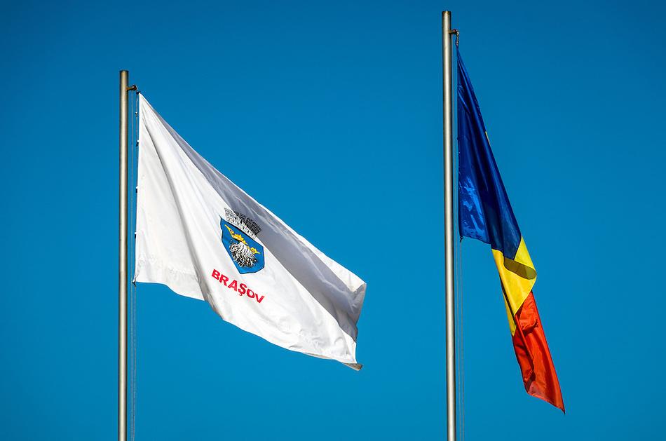 Bra?ov and Romania Flags against a blue sky in the Transylvania region. (Daniel Korzeniewski)