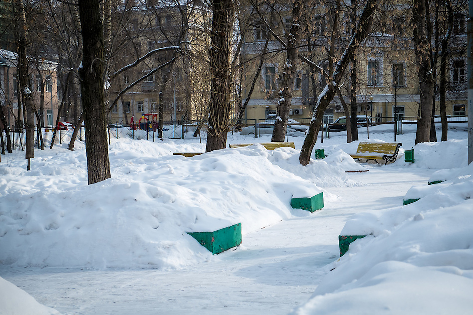 View of a snowed square in downtown Moscow during winter time (Daniel Korzeniewski)