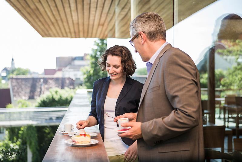 Österreich, Geschäftsmann und Geschäftsfrau vor Restaurant, informelle Konversation, nach dem Meeting, entspannte Atmosphäre, Kaffeepause (dieter schewig)