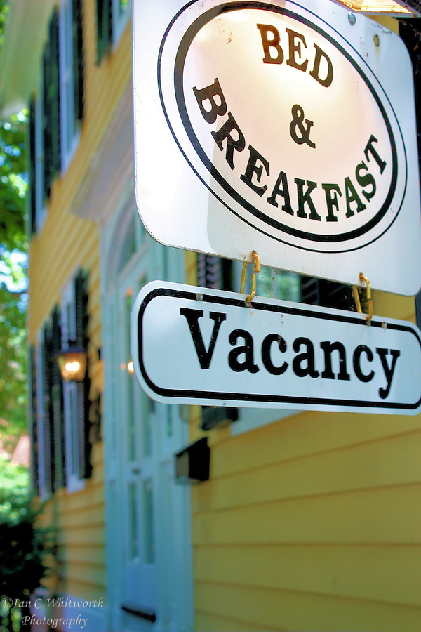 A bed and breakfast in Niagara on the Lake displays a vacancy sign out front (Ian C Whitworth)