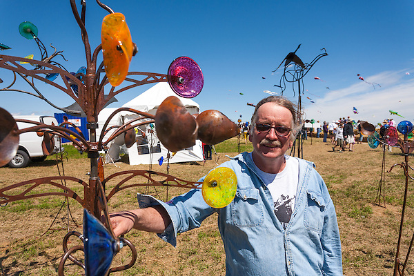 Don Pell, Wingnut Enterprizes, Bellevue, Saskatchewan, and one of his kinetic wind sculptures. Windscape Kite Festival, Swift Current, Saskatchewan. (Darrell Noakes)