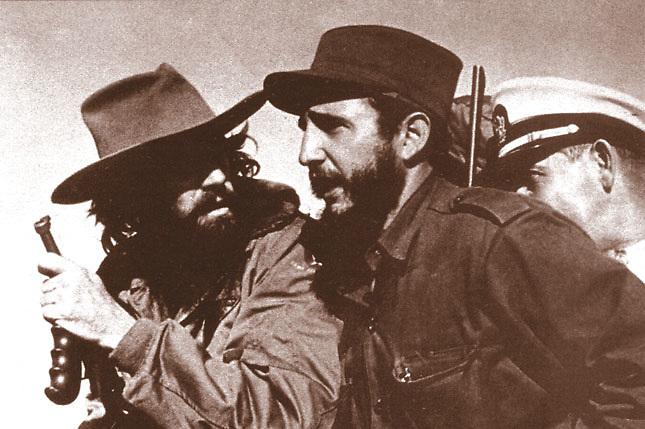 Fidel Castro (d) en sus días de guerrillero en Sierra Maestra, a finales de los años 50.
