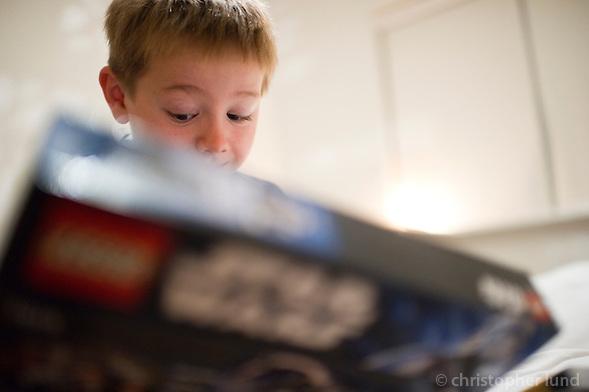 Ari Carl tekur upp afmælispakka að morgni dags. Star Wars Lego er aðal má¡lið hjá 8 ára gutta. (Christopher Lund/©2011 Christopher Lund)
