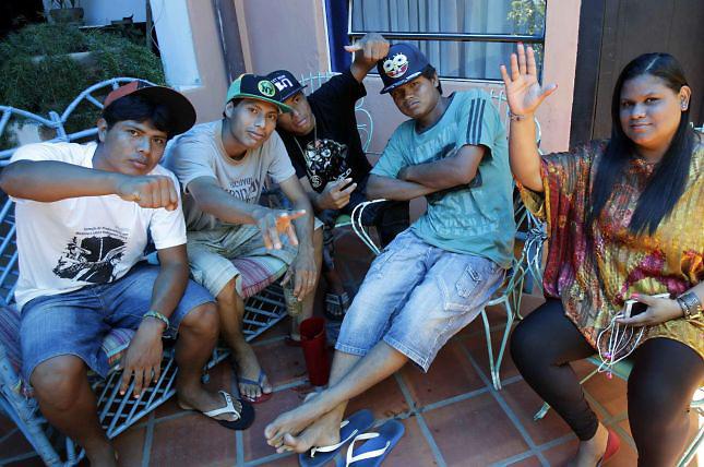 Integrantes de la banda de rap Bro Mc's, formada por nativos de Brasil de la etnia Kaiowá Guaraní