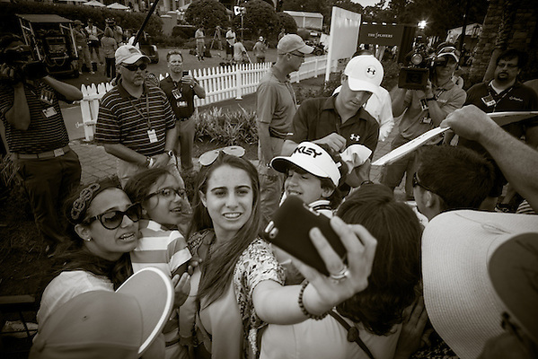 Fans take a selfie as Jordan Spieth signs autographs after the 3rd round. PGA Golf: 2014 The Players Championship Saturday round 3 TPC Sawgrass/Ponte Vedra, FL 5/10/2014 X158187 TK3 Credit: Darren Carroll (Darren Carroll/Sports Illustrated)