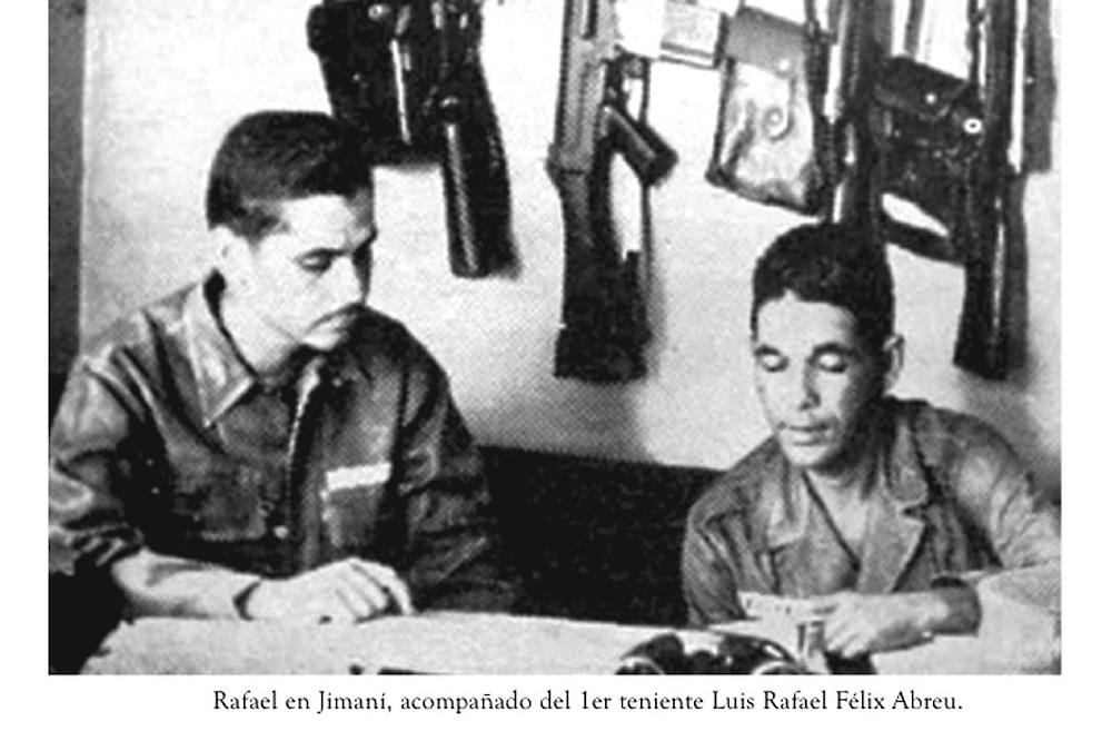 El coronel Rafael Fernández Domínguez, en Jimaní, acompañado del primer teniente Luis Rafael Félix Abreu.