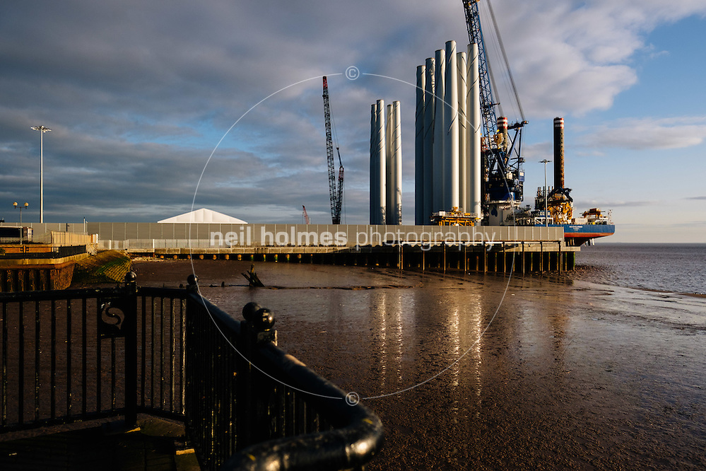 Kingston Upon Hull, East Yorkshire, United Kingdom, 31 December, 2016. Pictured: ABP, Siemens, loading of wind turbine blades (Neil Holmes)
