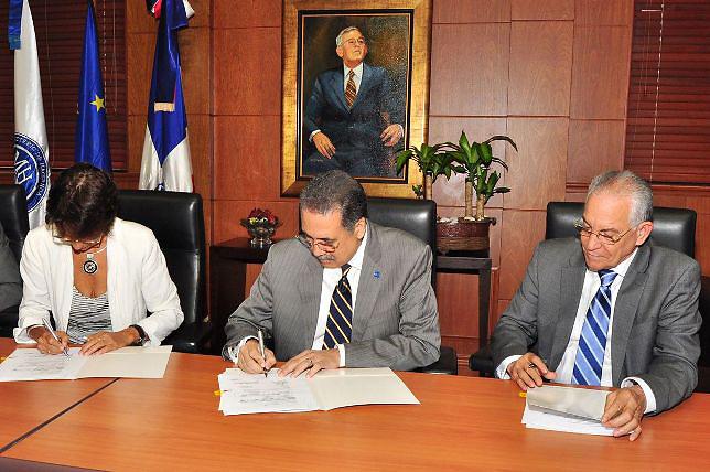 La embajadora de la Unión Europea, Irene Horejs, el ministro de Hacienda, licenciado Simón Lizardo Mézquita, y el ordenador de los Fondos Europeos Antonio Vargas Hernández
