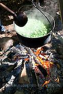 Kräutersuppe über Lagerfeuer, Suppe aus Wildgemüse, Kräuter, Feuer, Outdoor (Frank Hecker)
