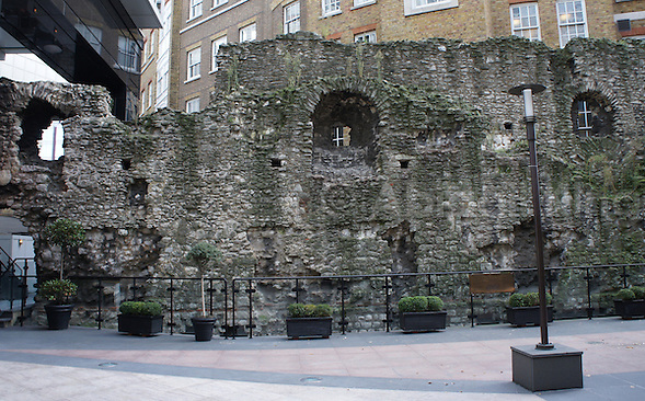 Photo of crumbling ancient Roman walls right in the centre of London's financial square mile