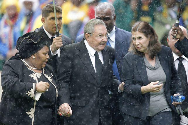 MILES DE PERSONAS OCUPAN YA EL ESTADIO PARA ASISTIR AL FUNERAL DE MANDELA  MAN033 JOHANNESBURGO (SUDÁFRICA) 10/12/2013.- Una multitud de sudafricanos canta y baila mientras ocupa el estadio FNB de Soweto para asistir al servicio religioso oficial en memoria del expresidente Nelson Mandela en Johannesburgo (Sudáfrica) hoy, martes 10 de diciembre de 2103. Las puertas del estadio se abrieron a las 06.00 hora local (04.00 GMT) para dar cabida a las más 90.000 personas que está previsto que asistan a una ceremonia que se prolongará durante unas cuatro horas. EFE/JIM HOLLANDER Crédito: EFE  Fuente: EPA  Autor: JIM HOLLANDER  Temática: IHU : Gente  Referencia: 8901759